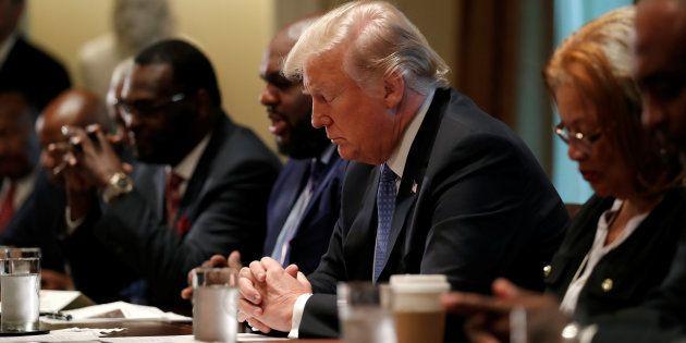Trump reza durante su encuentro con líderes religiosos en la Casa