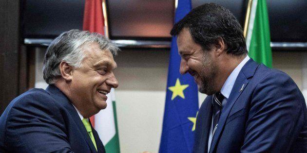 El primer ministro húngaro, Viktor Orbán, estrecha la mano de su homólogo italiano, Matteo