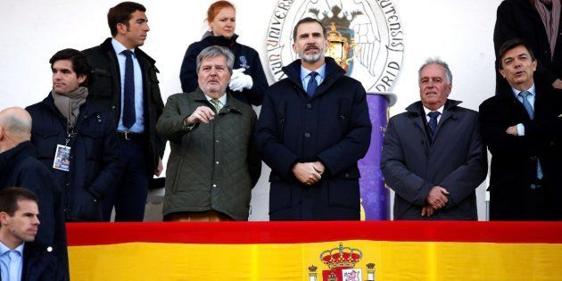 ¿Qué hace el rey Felipe viendo rugby un domingo con el frío que