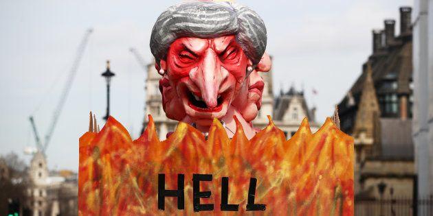Un camión portando una efigie satírica de Theresa May, pasando ante el Parlamento de