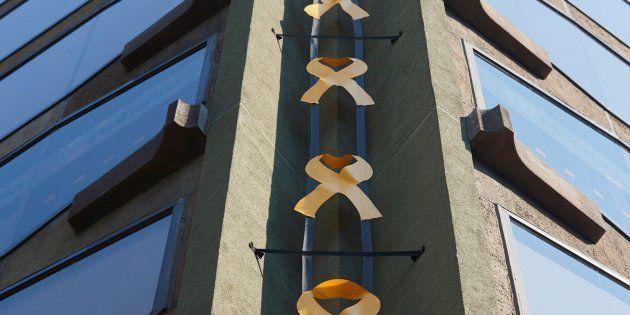 Lazos amarillos colocados en un edificio de la plaza Urquinaona de