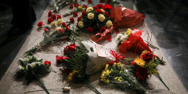 Flores sobre la tumba de