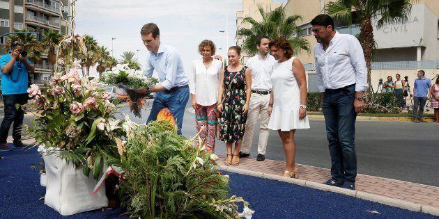 Pablo Casado, en agosto en Santa Pola, poniendo flores en un monumento en memoria de las víctimas del...