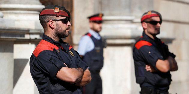 Varios mossos hacen guardia frente al palacio de la