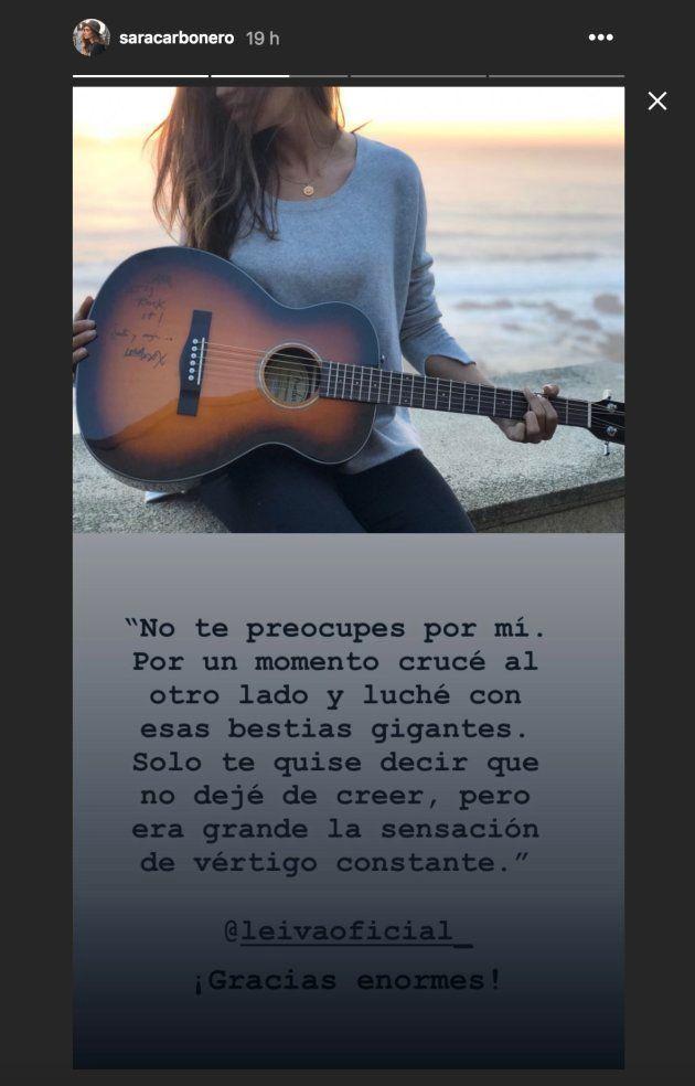 Sara Carbonero posa con la guitarra que le ha regalado