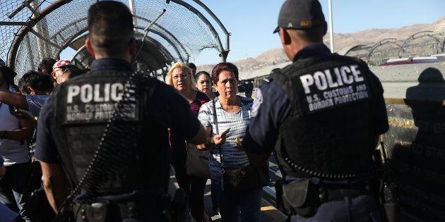 Dos agentes miran los pasaportes en la frontera con México en El Paso