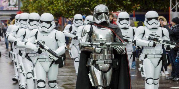 Una patrulla de soldados imperiales de Star Wars en el parque temático de Walt Disney
