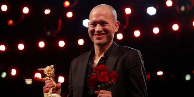 Nadav Lapid muestra el Oso de Oro a la Mejor Película después de la ceremonia de premios en la edición...