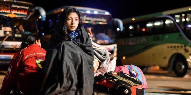 Una joven venezolana permanece en la frontera con