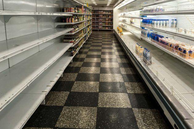 Estantes parcialmente vacíos de un supermercado en Caracas