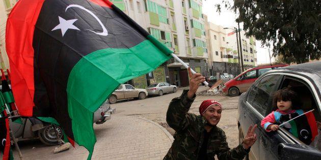 Ciudadanos libios de Bengasi, con banderas de apoyo a la revolución de