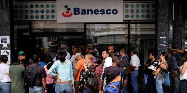 Colas frente a un banco venezolano para sacar