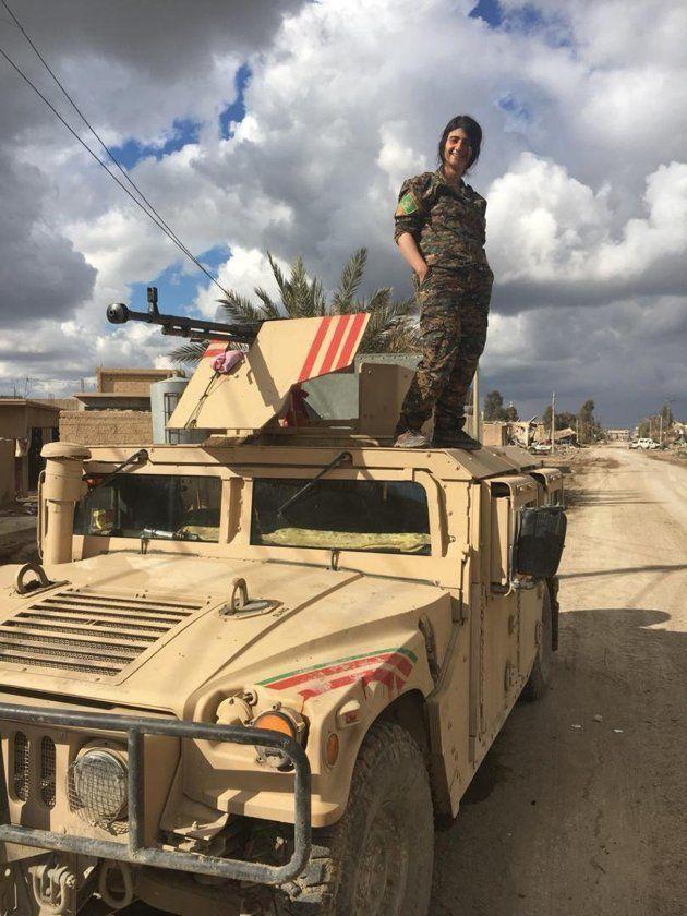 Una combatiente de las FSD kurdas, encima de un vehículo blindado, en un recorrido organizado para periodistas...