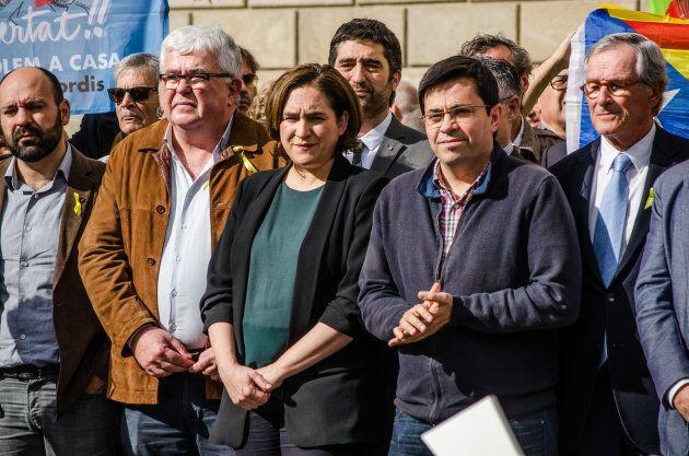 El 'número dos' de Ada Colau en el Ayuntamiento, Gerardo Pisarello (el segundo por la derecha), liderará...
