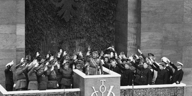 Imagen de archivo en la que Franco saluda en la