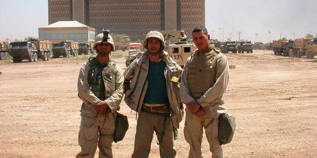 El autor (centro) en una imagen tomada durante la cobertura de la Guerra de Irak, en