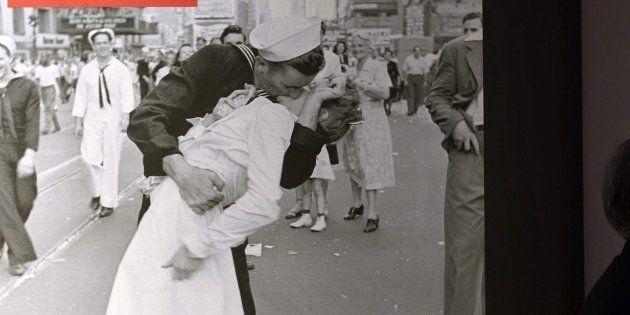 La famosa foto tomada en Times Square el 14 de agosto de 1945, en una exposición en el auditorio de