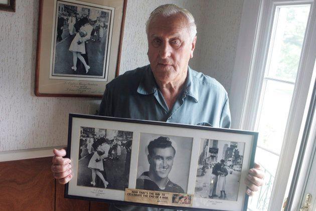 George Mendonsa, en una imagen de 2009, posa con la famosa fotografía que le hizo Alfred Eisenstadt el...