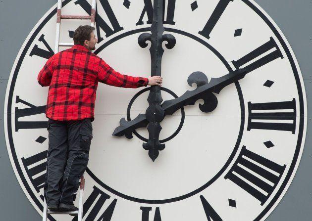 Un hombre ajusta la hora en Dresde,