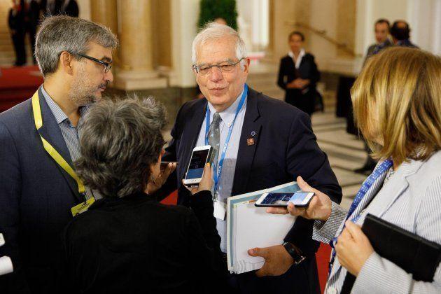 El ministro de Exteriores español, Josep Borrell (c), este