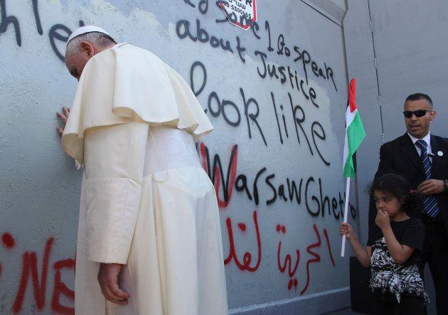 El papa Francisco reza en el muro de separación impuesto por Israel a su paso por la ciudad palestina...