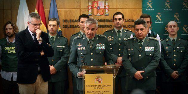 El coronel Manuel Sanchez Corbí, en el centro, compareciendo para explicar la detención del asesino confeso...