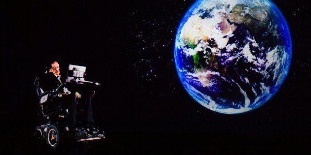 Stephen Hawking, dirigiéndose al público en Hong Kong por holograma desde su oficina de Cambridge (Reino...