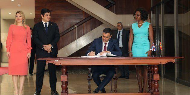 El presidente español, Pedro Sánchez, junto al presidente de Costa Rica, Carlos Alvarado, durante su...