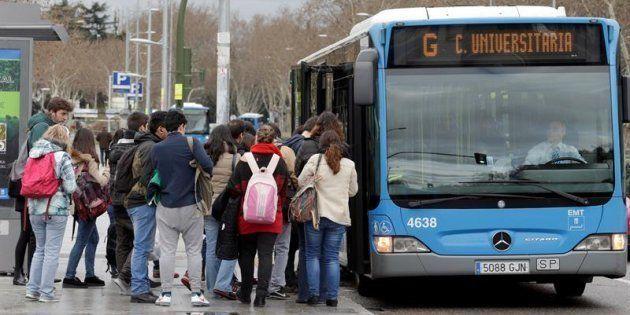Un grupo de estudiantes coge un autobús de la línea G de la EMT de Madrid en Ciudad