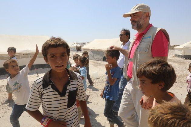 Fran Equiza, el pasado agosto con un grupo de desplazados en Ain Issa, cerca de