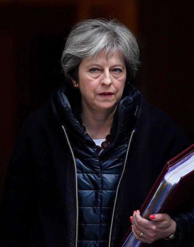 Theresa May sale de Downing Street este