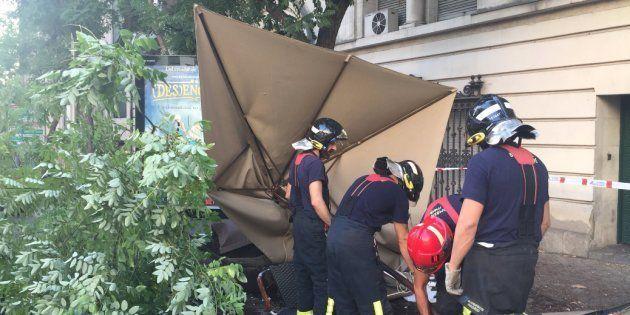 Tres heridos tras empotrarse un coche en la terraza de un bar en