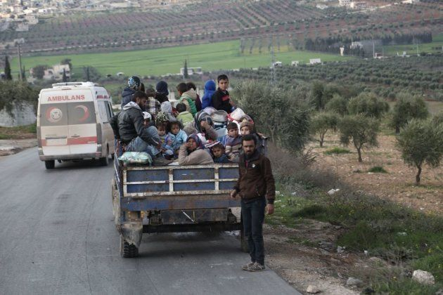 Civiles sirios abandonan Afrin, al norte de Siria, en enero de