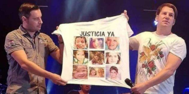 Andy y Lucas, sosteniendo una camiseta con, entre otros, el rostro de Gabriel