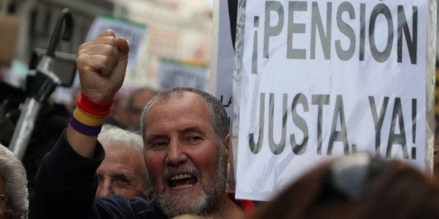 Un hombre porta una pancarta con el lema ¡Pensión justa ya! en una manifestación en Madrid en