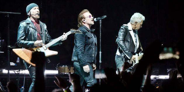 The Edge, Bono y Adam Clayton en un concierto de U2 en Berlín, Alemania, el 31 de agosto de