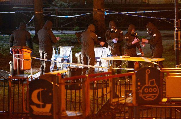 Miembros de los servicios de emergencia trabajan en el lugar donde fueron encontrados Skripal y su hija,...