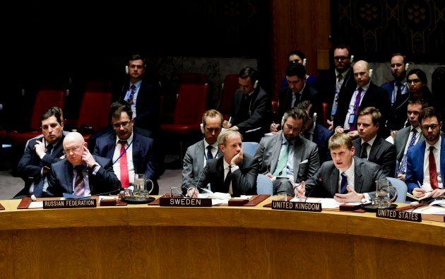 El embajador adjunto del Reino Unido, Jonathan Allen (derecha), habla mientras el embajador ruso para...