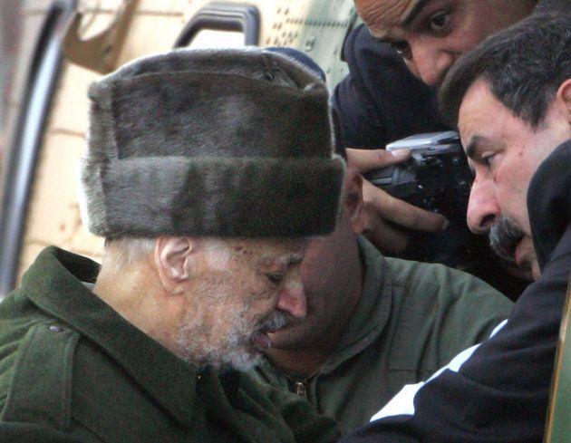 Un enfermo Arafat recibe ayuda para subir a un helicóptero jordano, listo para salir de Ramala y viajar...