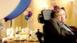 La curiosa historia de la fiesta que Stephen Hawking dio para viajeros en el