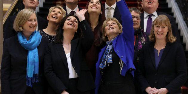 Las diputadas del Partido Conservador Heidi Allen, Anna Soubry y Sarah Wollaston posan por una foto en...