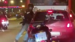 Graban la brutal agresión de un motorista a un conductor en
