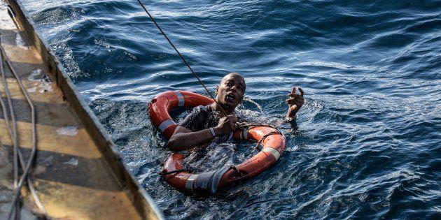 Un migrante rescatado por el Sea-Watch