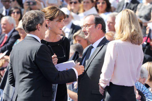 El expresidente de Francia, Nicolás Sarkozy, y su esposa, la cantante Carla Bruni, hablan con el expresidente...