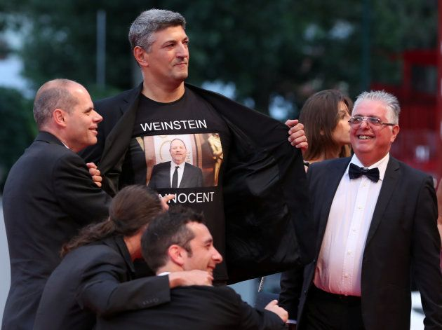 Un director italiano lleva una camiseta en defensa de Harvey Weinstein al festival de