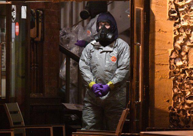 Un forense busca evidencias en el pub The Mill en