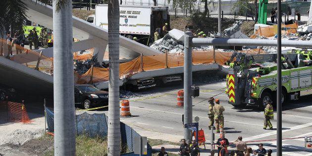 Vehículos atrapadas debajo del puente que se ha