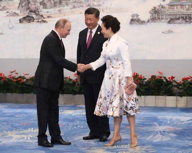 Vladimir Putin, el presidente ruso, con el chino Xi Jinping y su esposa, Peng Liyuan, en la reunión de...