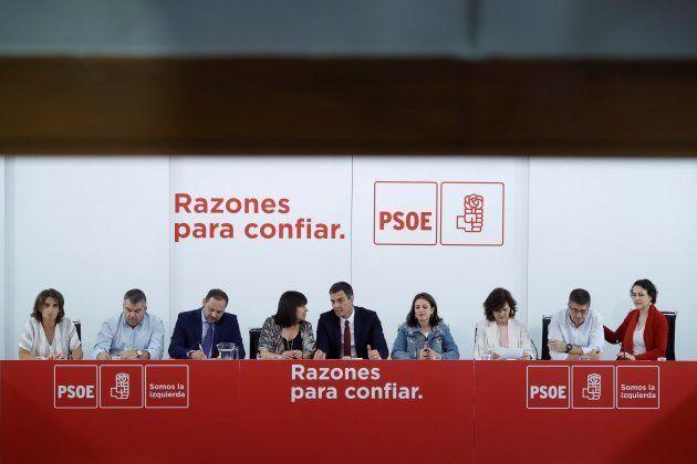 El presidente del Gobierno y secretario general del PSOE, Pedro S�nchez (c), acompa�ado por (de izda....
