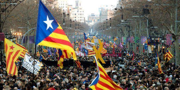 Miles de personas abarrotan la Diagonal de Barcelona, este jueves en la manifestación unitaria de la...